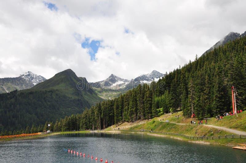 Alpien meer in de Alpen - Oostenrijk royalty-vrije stock afbeeldingen