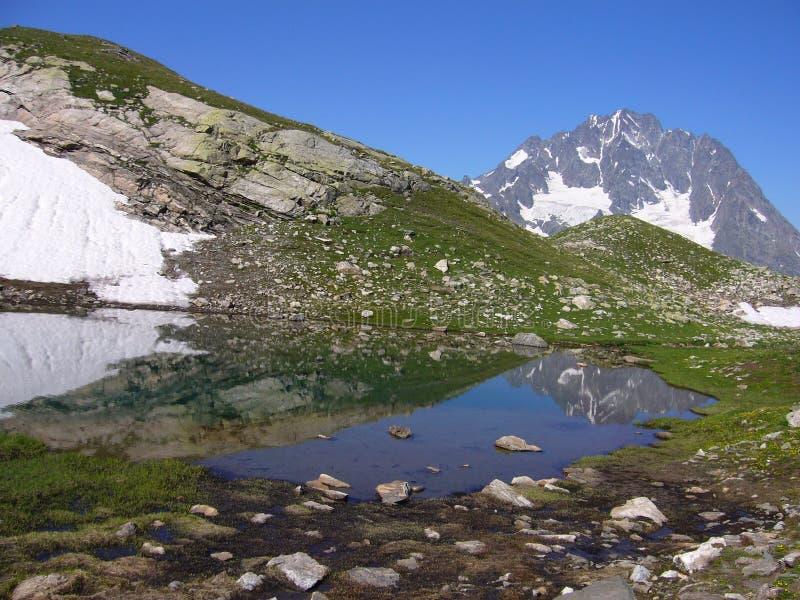 Alpien meer. De mening van de berg stock foto