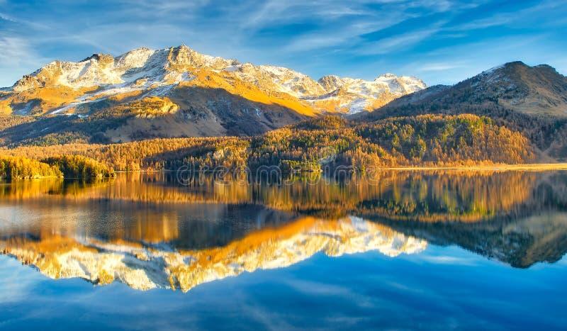 Alpien meer in de recente herfst met bezinningen van bergen royalty-vrije stock afbeeldingen