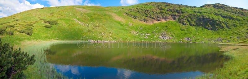 Alpien meer Nesamovyte op de zomerbergen royalty-vrije stock foto's