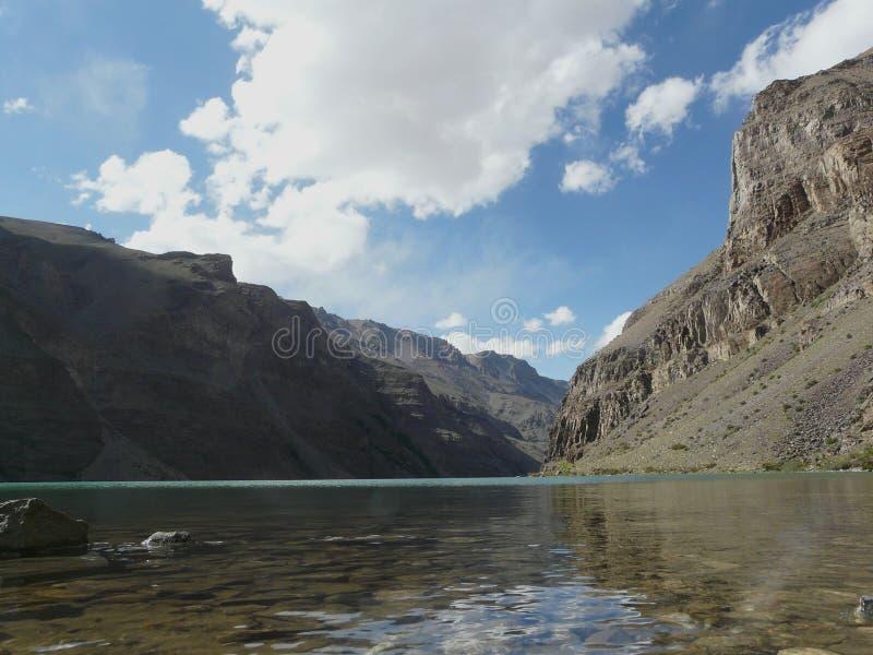 Alpien meer in Pamirs stock foto's