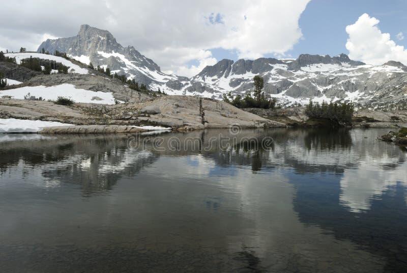 Alpien meer in Siërra de bergen van Nevada, Californië stock afbeeldingen