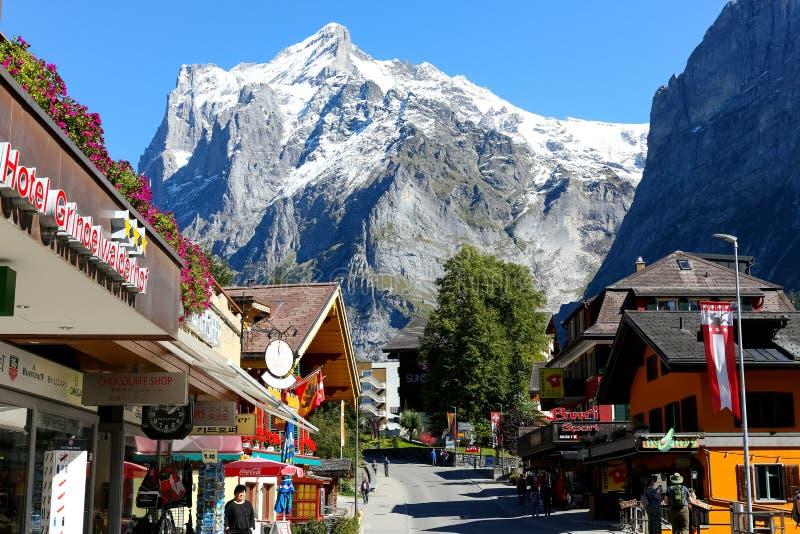 Alpien vakantiedorp in Zwitserland stock foto's