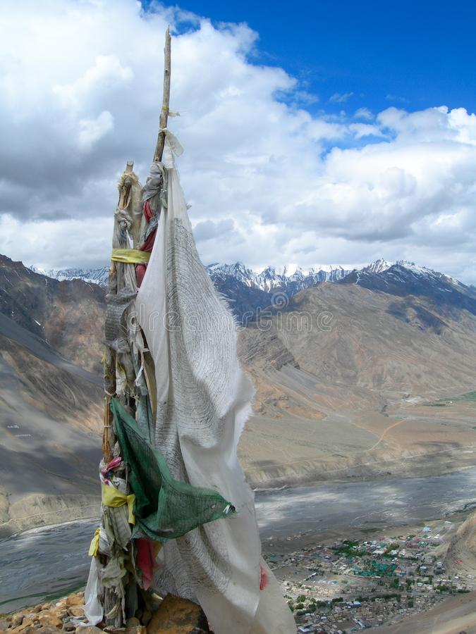 Alpiene achtergrond met Boeddhistische gebedvlaggen in het Himalayagebergte stock fotografie
