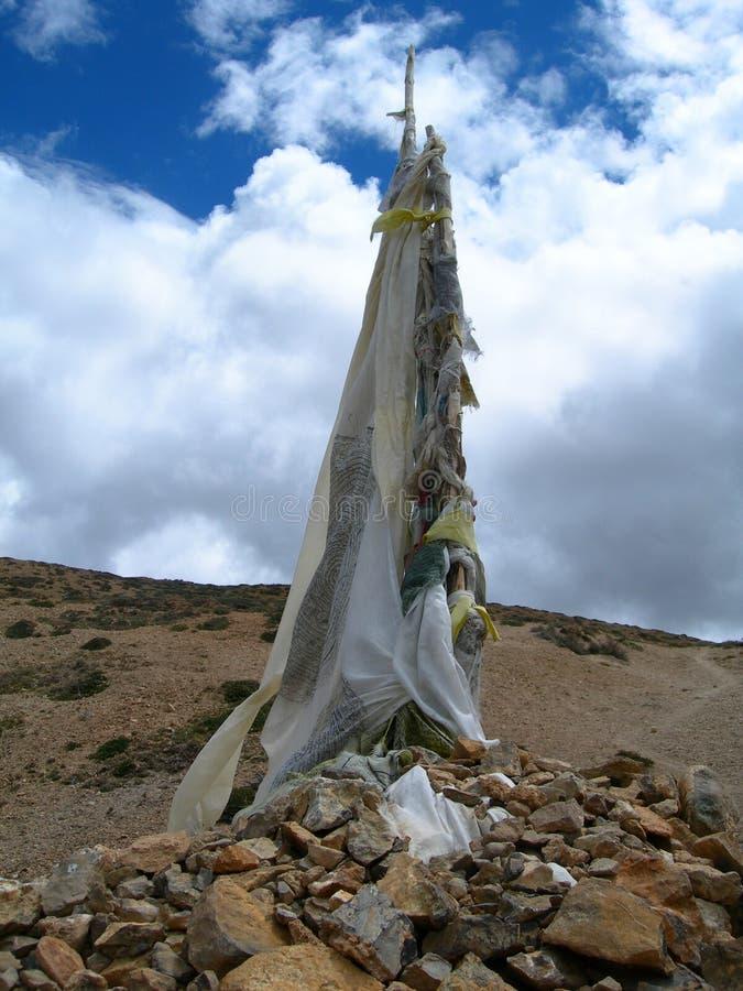 Alpiene achtergrond met Boeddhistische gebedvlaggen in het Himalayagebergte stock foto's