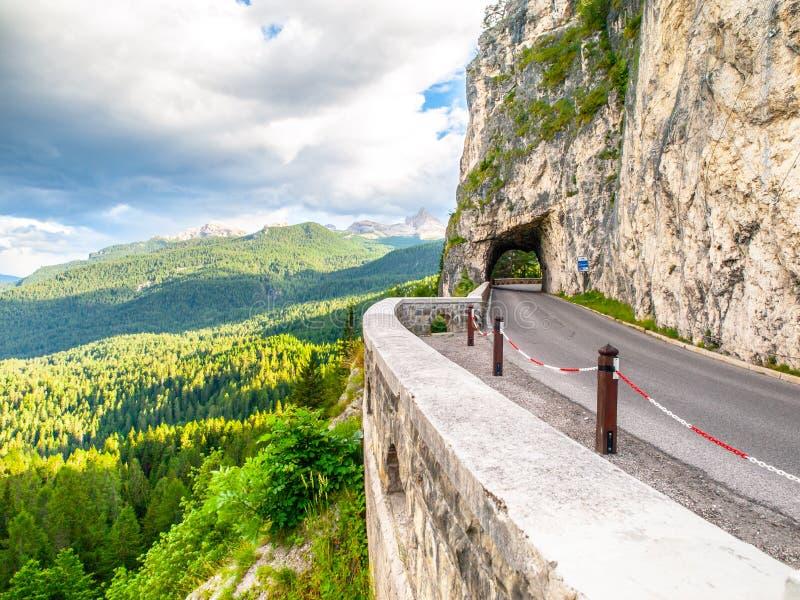 Alpiene asfaltweg met tunnel Bosberglandschap dichtbij Cortina D 'Ampezzo Dolomiet, Itali? royalty-vrije stock afbeelding