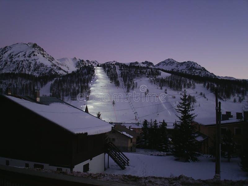 Alpiene de bergscène van de Montgenevrewinter onder een blauwe hemel royalty-vrije stock afbeelding