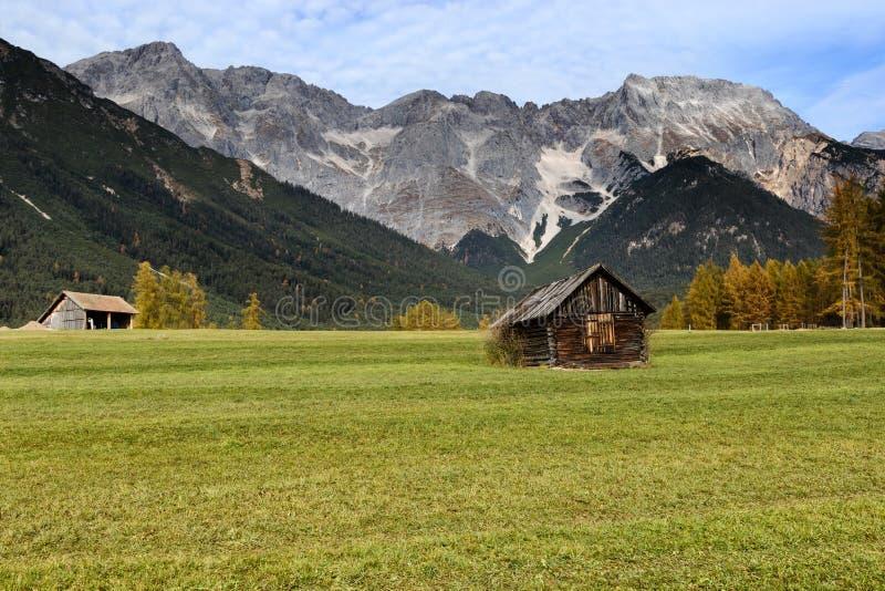 Alpiene hut in berg bij landelijk dalingslandschap Miemingerplateau, Oostenrijk, Europa stock fotografie