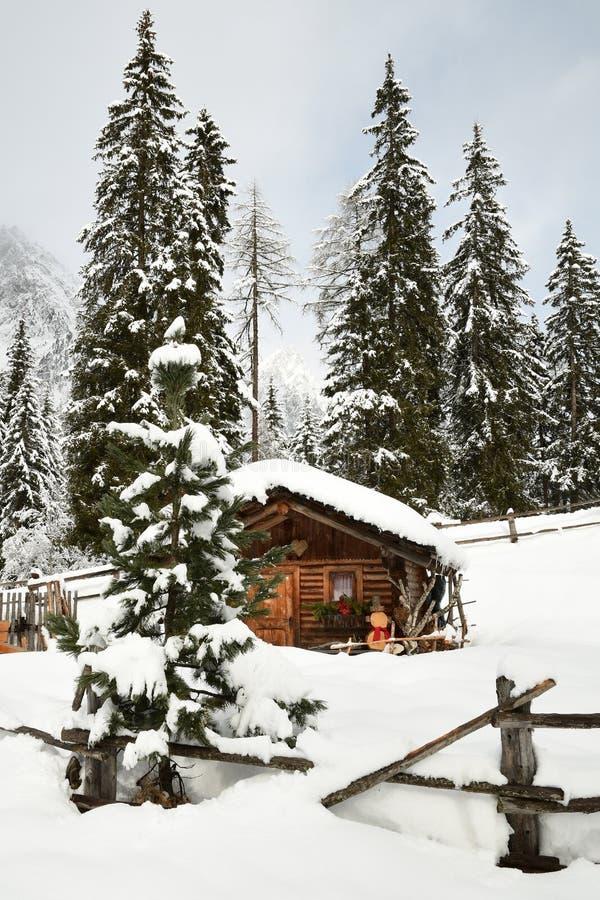Alpiene hut in de winter in de Alpen De winterlandschap in een Bos dichtbij Meer Antholz Anterselva, Zuid-Tirol stock foto's
