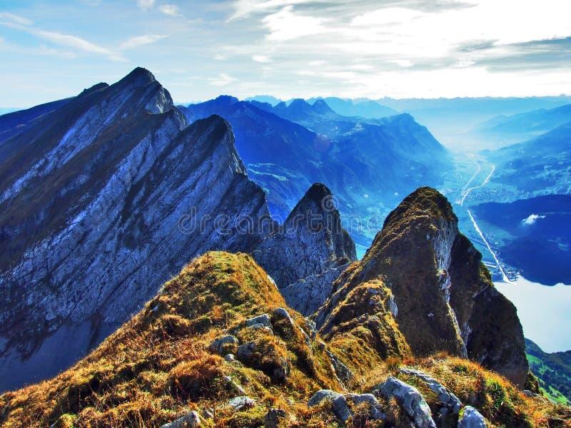Alpiene pieken in de Churfirsten-bergketting tussen Thur-riviervallei en Walensee-meer royalty-vrije stock foto's