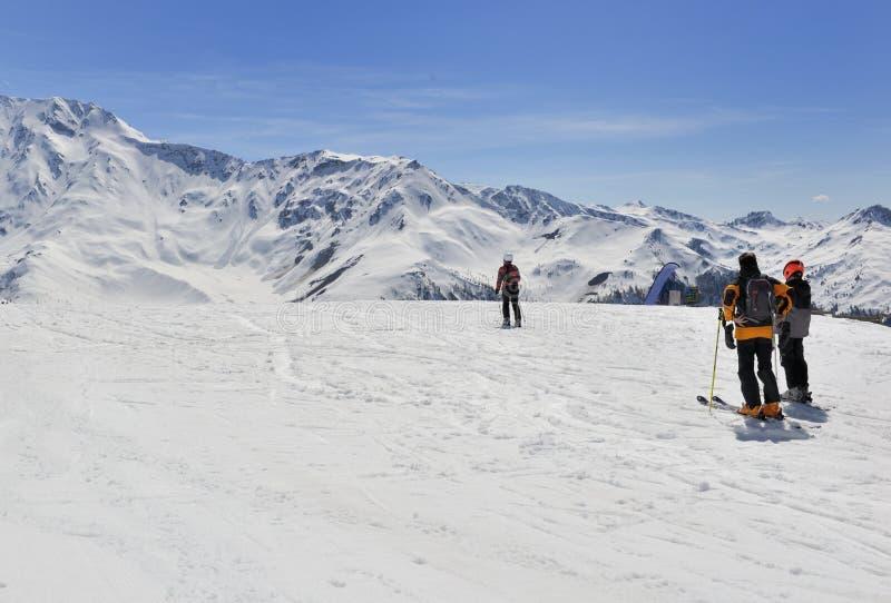 Alpiene skiërs op hellingen royalty-vrije stock afbeeldingen