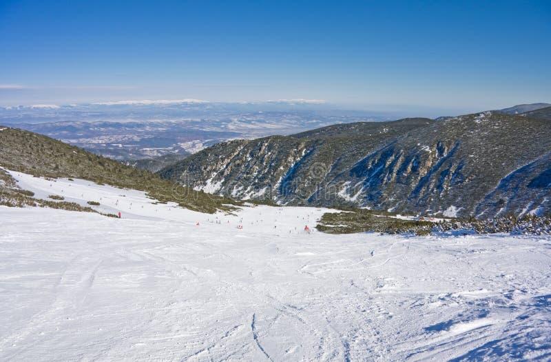 Alpiene skihelling bij de winter Bulgarije stock afbeeldingen