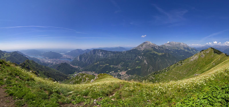Alpiene vallei naast Lecco-stad royalty-vrije stock afbeelding