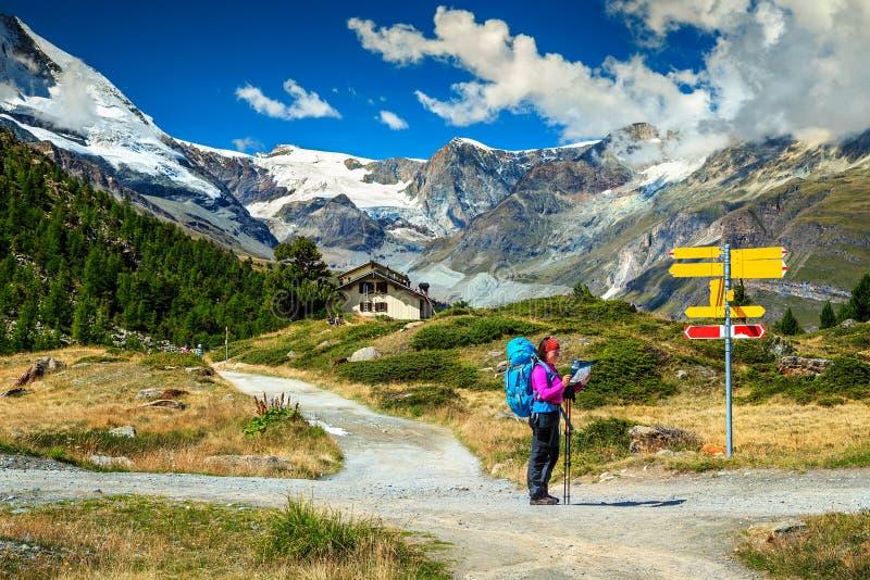 Alpiene wandelingsslepen met wandelaars, Zermatt, Zwitserland, Europa royalty-vrije stock fotografie