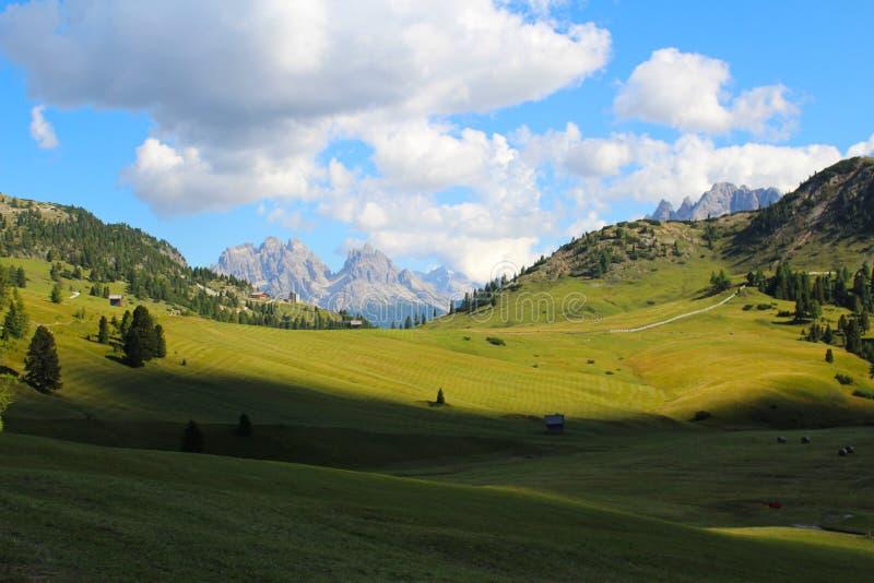 Alpiene weiden in het Italiaanse Dolomiet royalty-vrije stock afbeeldingen