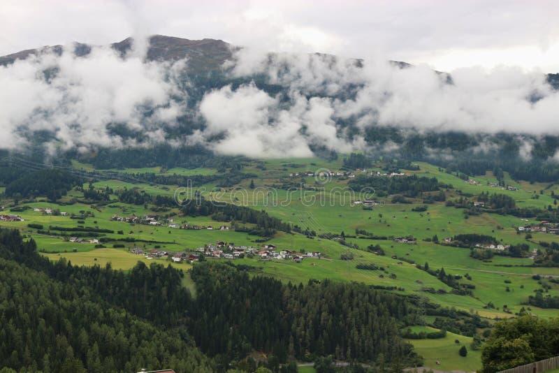 Alpiene weilanden in Tirol, Oostenrijk royalty-vrije stock afbeeldingen