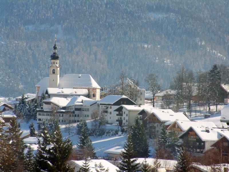alpin österrikarekyrkaplats royaltyfri bild