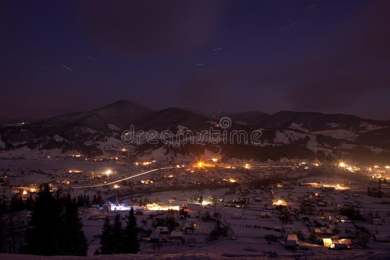 alpin aftonbergby fotografering för bildbyråer