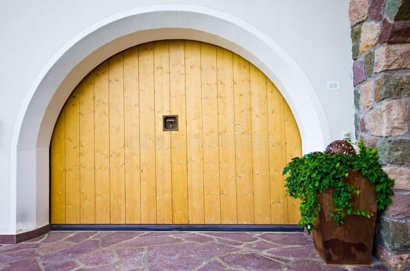 Alpin arkitektur - välvd garagedörr royaltyfria foton