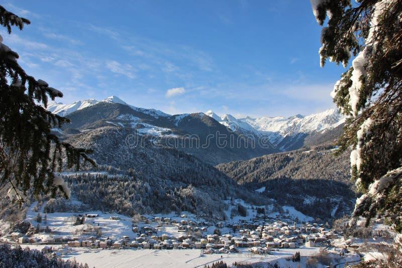 Alpin by av Bondo Sella Giudicarie, täckt Trentino Alto Adige snö italy royaltyfri bild