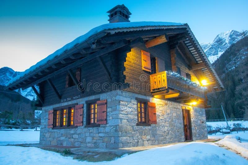 alpin chalet royaltyfri fotografi