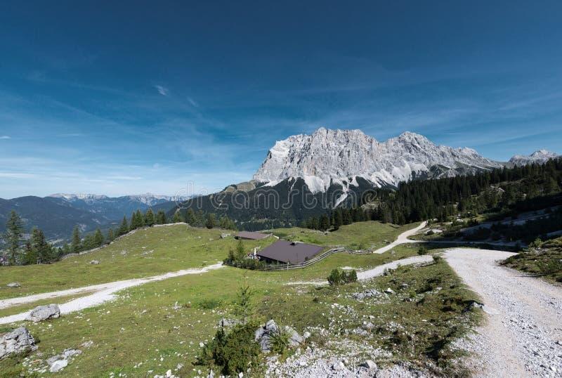 Alpin chalet på nedgången med wettersteinberget royaltyfria bilder