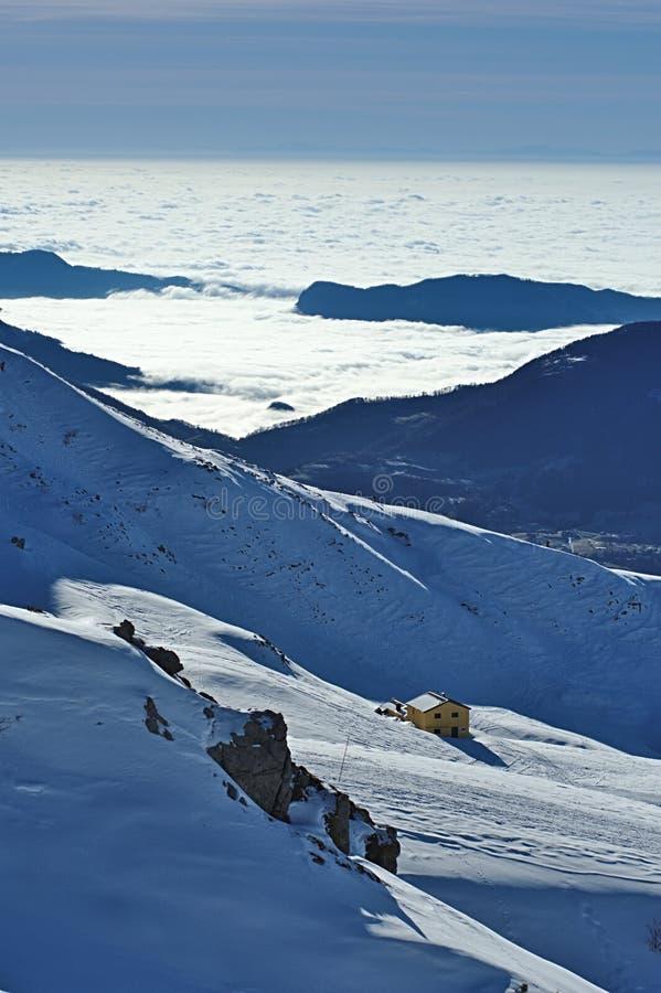Alpin fristad i snöig italienare Alpes arkivbilder