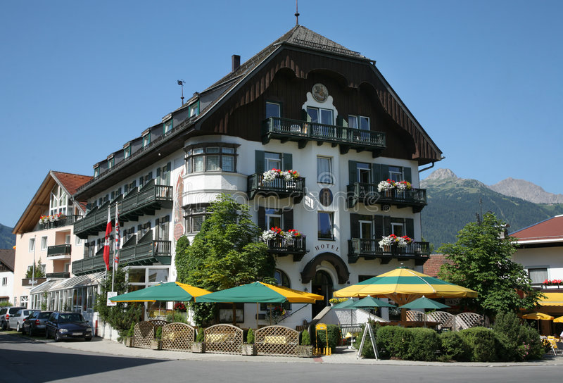 alpin hotellsemesterort arkivbilder