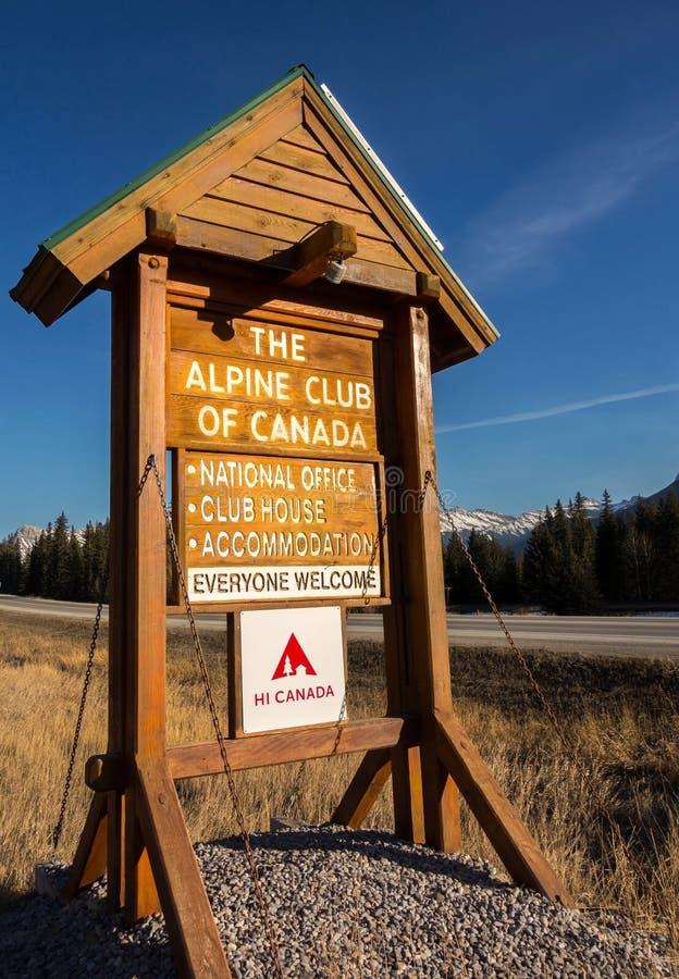 Alpin klubba av stolpen Canmore Alberta Foothills för vertikalt tecken för Kanada klubbhus trä fotografering för bildbyråer