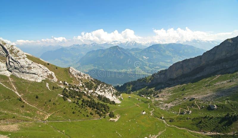 alpin liggande arkivbild