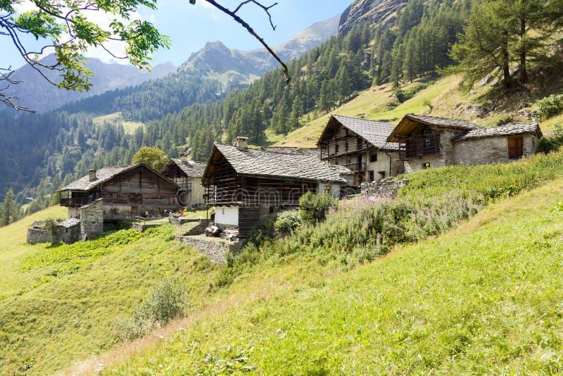 Alpin panorama med Walser kojor arkivbilder