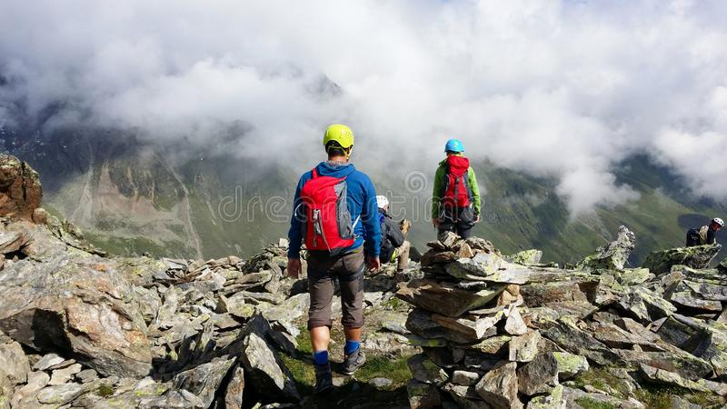 _ Alpin region`-Stubai `, Klättrare på en bergbana royaltyfria bilder