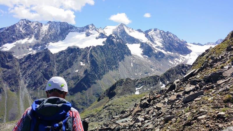 _ Alpin region`-Stubai `, Klättraren på en bergbana arkivfoton