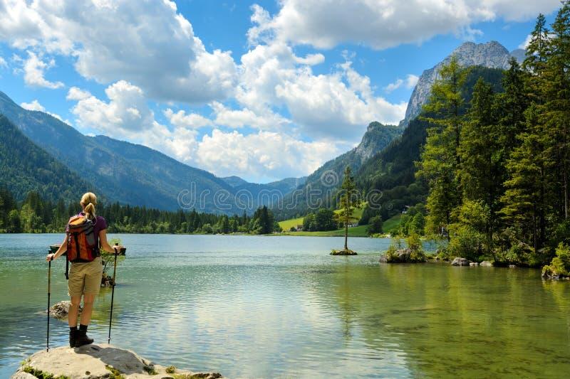 Alpin sjö i sommar, fotvandrarekvinna arkivbild