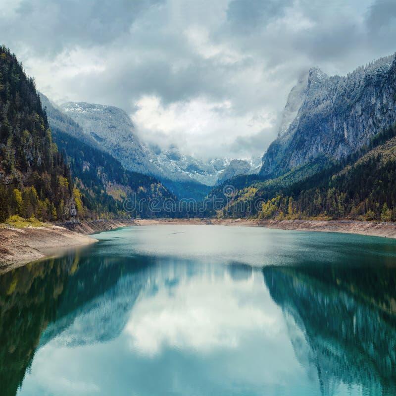 Alpin sjö med dramatiska himmel och berg royaltyfri foto