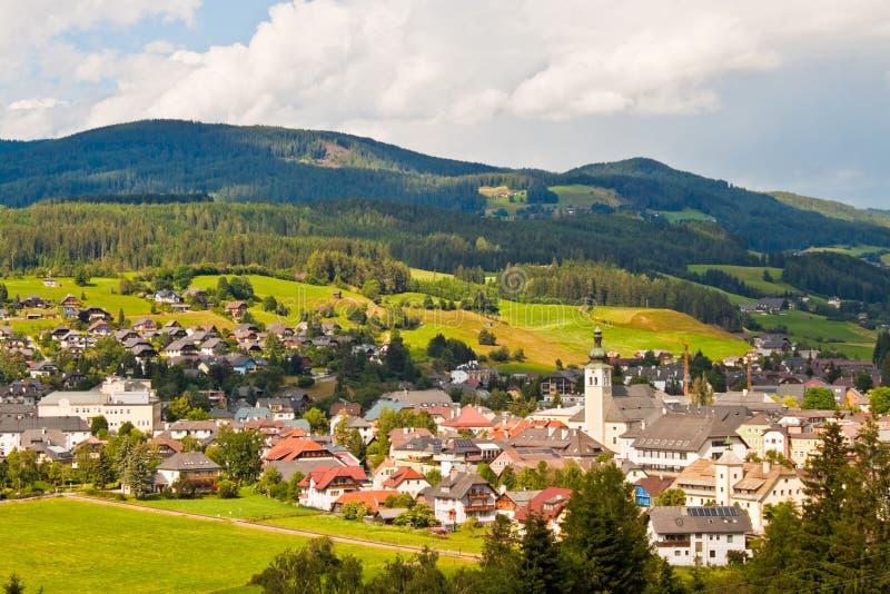 Alpin stad i Österrike royaltyfria bilder