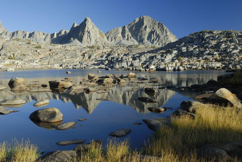 alpin toppig bergskedja för bergnevada reflexioner arkivbild