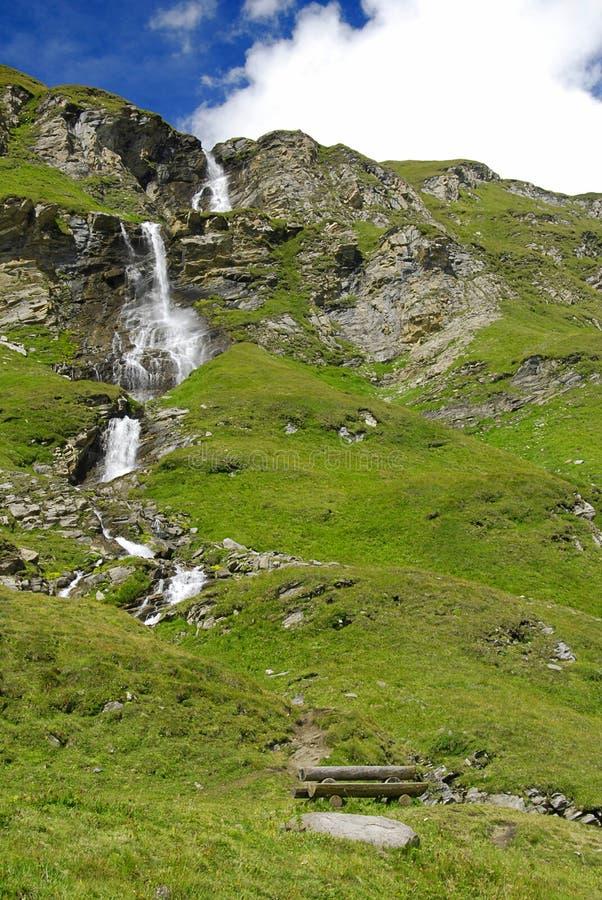 alpin vattenfall royaltyfri fotografi