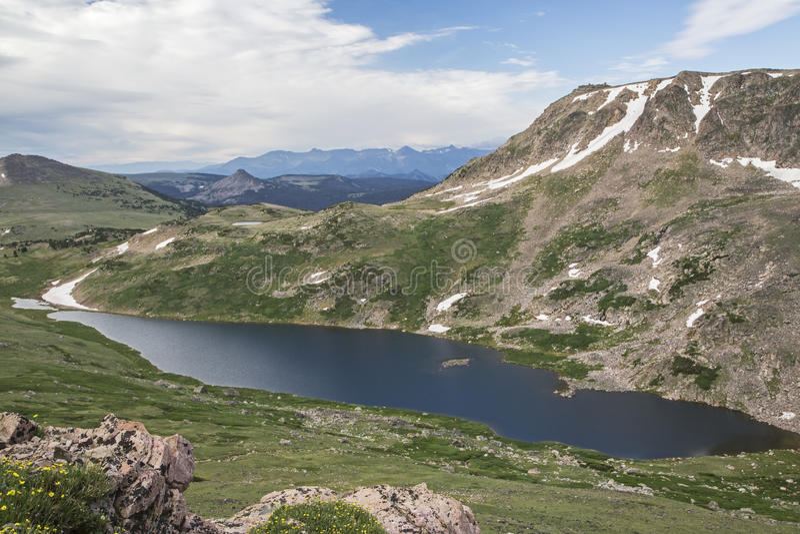 Alpina sjöBeartooth berg royaltyfria foton