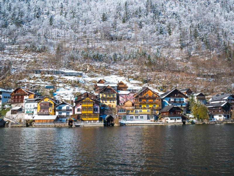 Alpine Dörfer Hallstatt in Österreich eins des schönsten Wintersaisonschnee moutain stockfoto