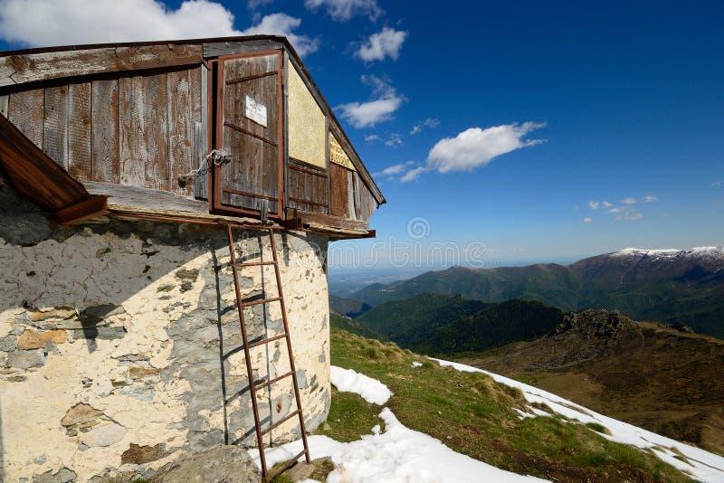 Alpine Hütte mit Ansicht lizenzfreie stockfotografie