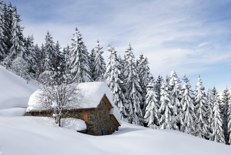 Alpine Hütte unter Schnee lizenzfreies stockbild