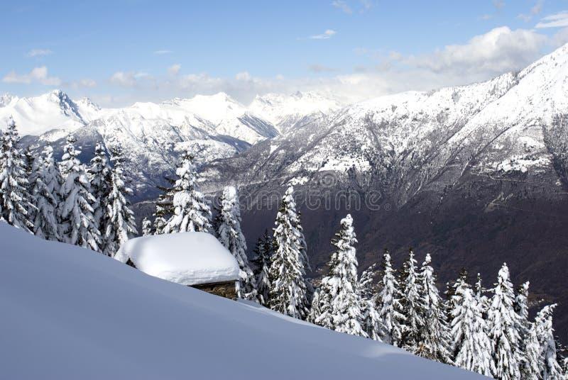Alpine Hütte unter Schnee stockbilder