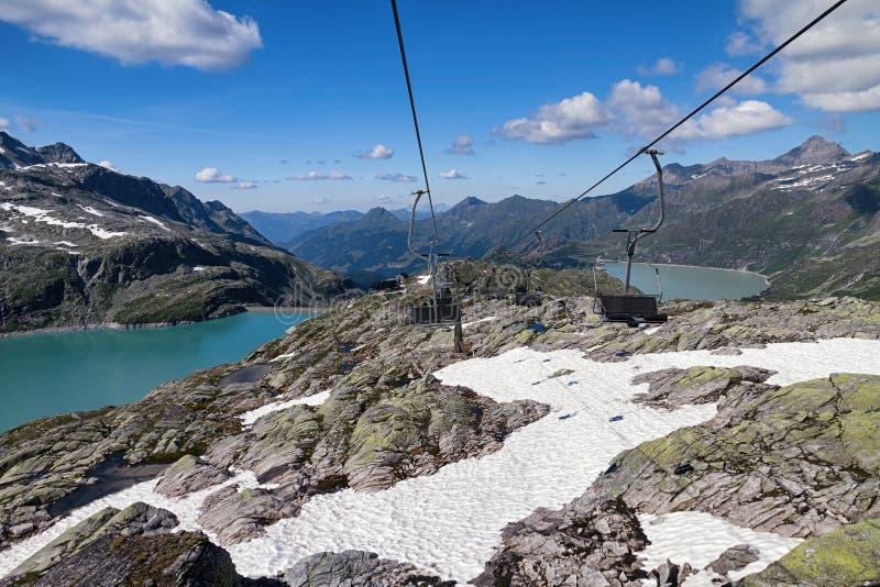 Alpine Landschaft mit Stuhlaufzug stockbild
