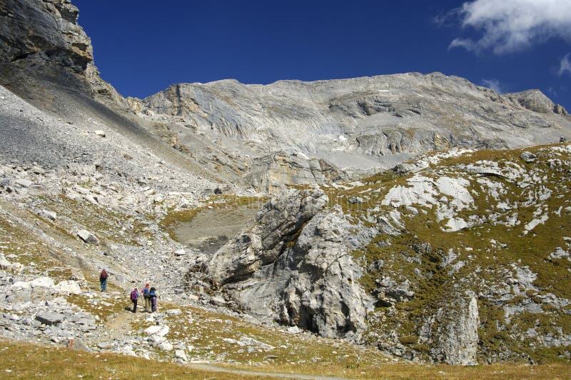 Alpine Landschaft mit Wanderern lizenzfreies stockfoto