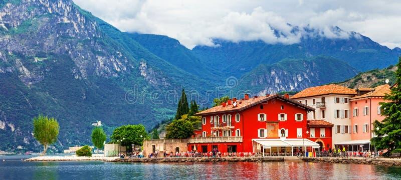 Alpine Landschaft - schöner See Lago di Garda und Dorf Torbol stockfotografie