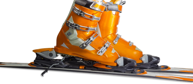 Alpine Skischuhe in verbindlicher Nahaufnahme des Skis lizenzfreie stockfotografie