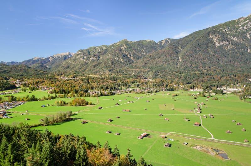 Alpine Vogelperspektive des bayerischen Tales mit grünem Weideland lizenzfreie stockfotografie