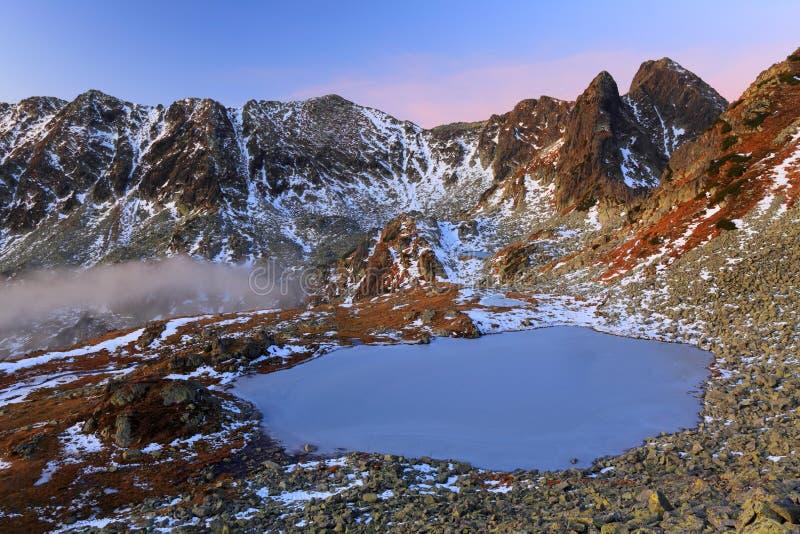 Alpiner See am Sonnenaufgang stockfotos