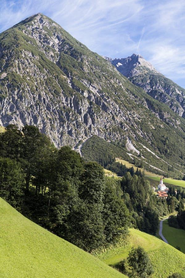 Alpines Dorf im Tal, Gramais, österreichisch stockbild